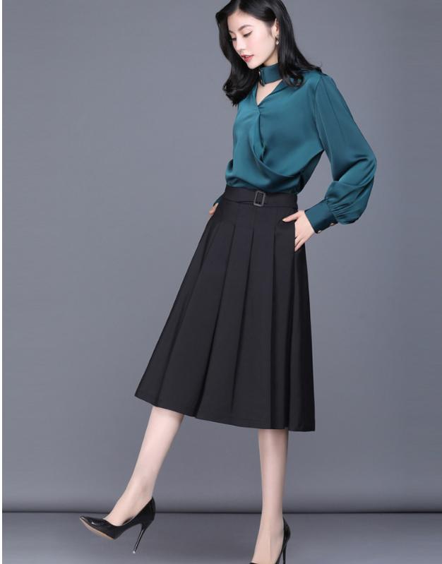 Khi diện, váy xếp ly sẽ vô cùng mềm mại, nữ tính mà vẫn cực kỳ thuận tiện cho việc di chuyển bởi chân váy có form dáng xòe rộng, dài.