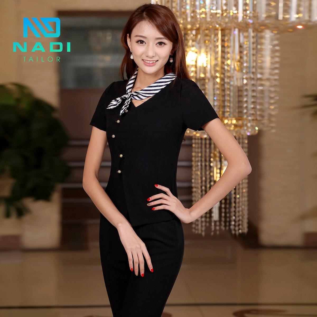 Set đồ màu đen kèm nơ sọc vằn là sự kết hợp chuyên nghiệp và cực kì chỉn chu