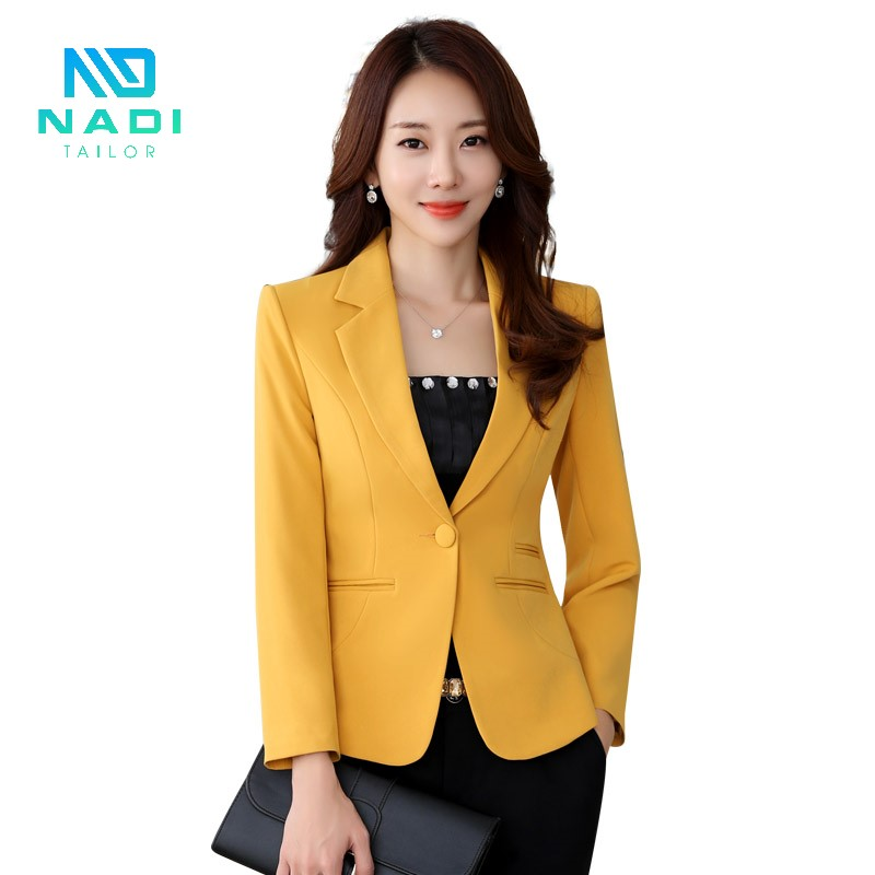 Váy đen và áo vest vàng là một sự kết hợp hết sức tuyệt hảo