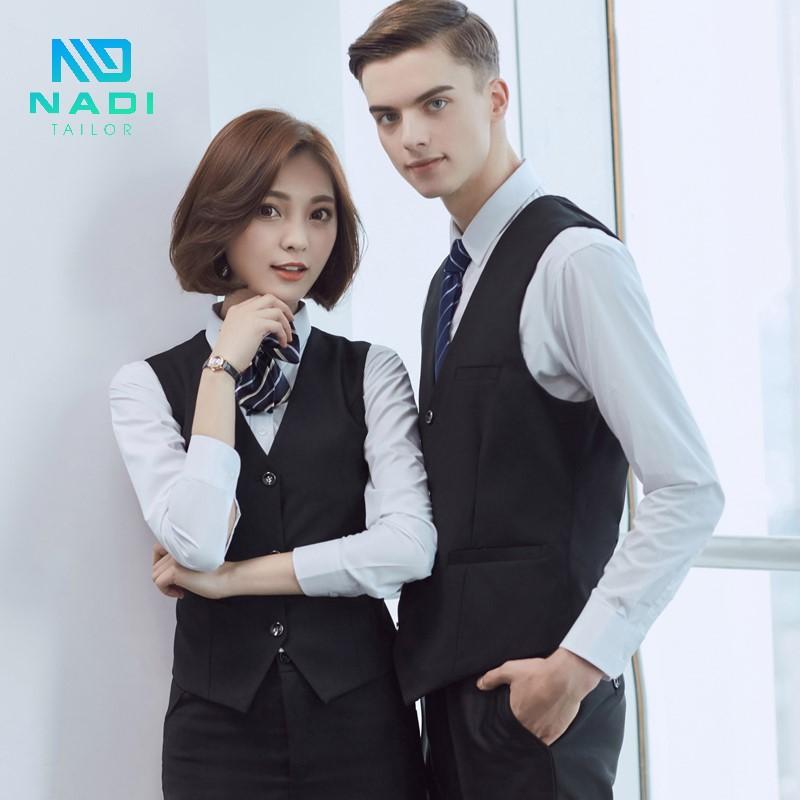 Mẫu đồng phục công sở đẹp có thắt nơ cho cả nam và nữ với áo vest tay cộc và sơ mi trắng