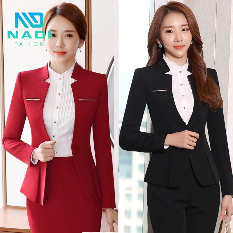 Mẫu đồng phục áo vest trắng hoặc đen, mặc kèm chân váy và áo sơ mi, giúp bạn thể hiện sự dịu dàng, nữ tính của mình