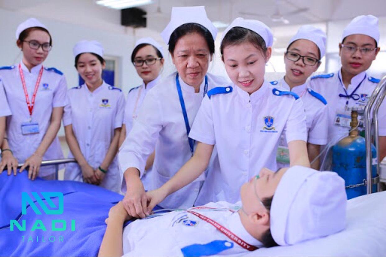 Đồng phục điều dưỡng nữ tạo sự tin tưởng và tăng độ nhận diện cho cơ sở y tế.
