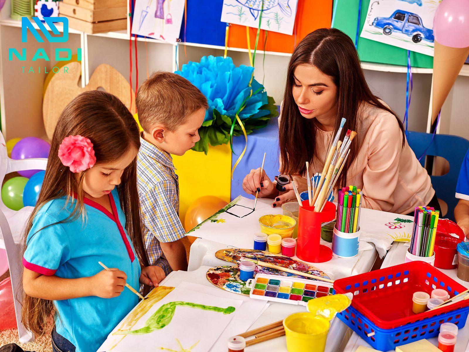 Các em học sinh mới cấp sách đến trường thường ở độ tuổi còn khá nhỏ. Nên rất yêu thích việc vẽ, chơi với đất sét hoặc màu nước. Do đó, chọn màu sắc đậm màu là thiết thực nhất